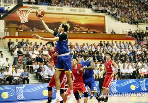 7月5日下午,韩朝统一篮球男队比赛在朝鲜平壤柳京郑周永体育馆举行,身穿蓝色球衣的韩国队以82比70惜败。(韩联社/联合摄影团)