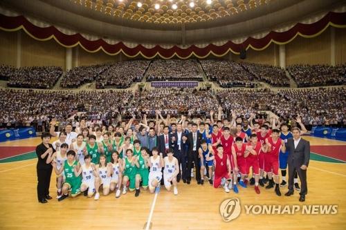 7月5日,在朝鲜平壤柳京郑周永体育馆,参加韩朝统一篮球赛的两队球员和教练等人士在赛后合影留念。(韩联社/联合摄影团)