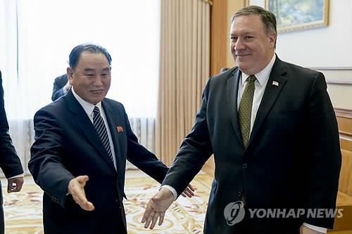 当地时间7月7日,在平壤,美国国务卿蓬佩奥(右)会晤朝鲜劳动党中央委员会副委员长兼统一战线部部长金英哲。(韩联社/美联社平壤分社)