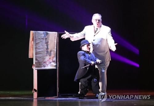 """资料图片:6月28日,在釜山电影殿堂举行的世界顶级魔术秀""""大幻影""""上,魔术大师凯文・詹姆斯正在表演。(韩联社)"""