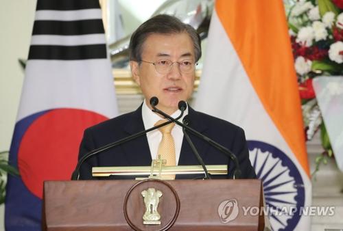7月10日下午,正在印度访问的韩国总统文在寅同印度总理莫迪举行首脑会谈后发布联合新闻稿。(韩联社)