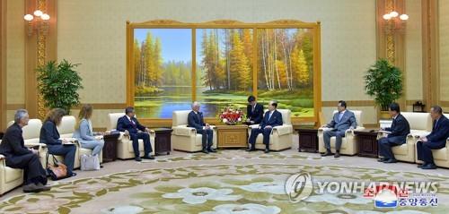 7月11日,在万寿台议事堂,金永南(右四)会见洛科克(左五)一行。图片仅限韩国国内使用,严禁转载复制。韩联社/朝中社