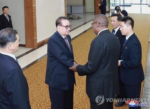 资料图片:7月3日,在平壤,启程赴古巴访问的李洙墉(左)与送行人士握手。图片仅限韩国国内使用,严禁转载复制。(韩联社/朝中社)