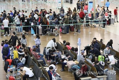 资料图片:仁川机场人潮涌动。(韩联社)