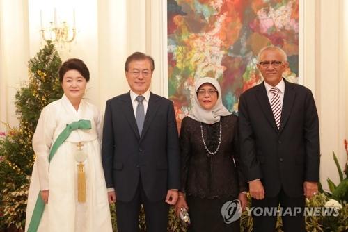 7月12日下午,在新加坡总统府,韩国总统文在寅(左二)和夫人金正淑女士与新加坡总统哈莉玛・雅各布夫妻合影留念。(韩联社)