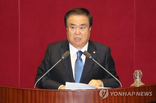 7月13日,在国会,当选新议长的文喜相发表感言。(韩联社)