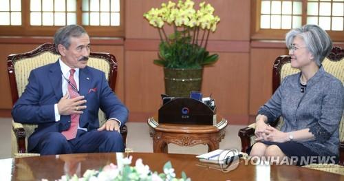 7月16日下午,在首尔,康京和接见哈里斯。(韩联社)