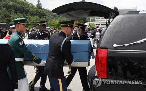 资料图片:7月13日下午,在首尔,韩美两军互还韩战阵亡军人遗骸。(韩联社)
