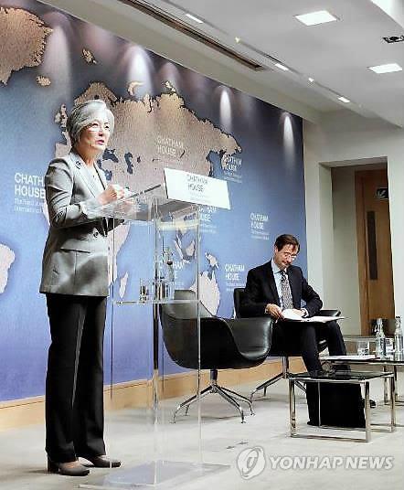 当地时间19日,在伦敦,康京和在英国智库查塔姆宫发表题为《韩半岛的未来》的演讲。(韩联社)