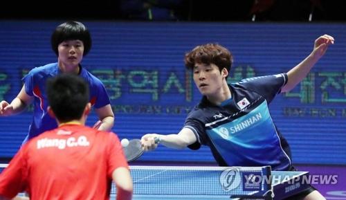 7月21日,2018年国际乒联世界巡回赛韩国公开赛混双决赛在大田进行,韩国选手张宇镇(右)、朝鲜选手车孝芯组合获得冠军。图为比赛精彩镜头。(韩联社)
