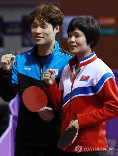 7月17日,在大田举行的2018年国际乒联世界巡回赛韩国公开赛资格赛上,张宇镇(左)和车孝芯合影。(韩联社)