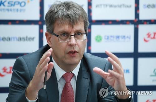 7月22日,在大田忠武体育馆,国际乒联主席托马斯・维克特出席记者会并进行发言。(韩联社)
