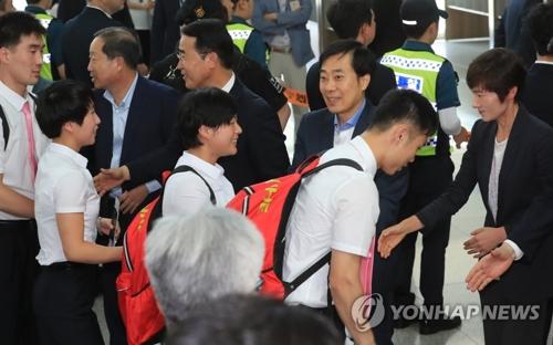 7月23日下午,在仁川国际机场,参加2018年国际乒联世界巡回赛韩国公开赛的朝鲜乒乓球代表团成员们准备乘机返回朝鲜。(韩联社)