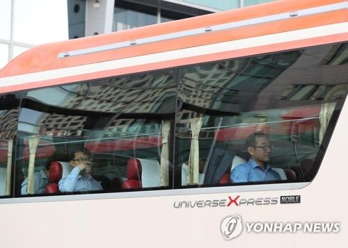 7月24日上午8时30分许,韩国国土交通部铁道局长�S晟圭率15人代表团访朝。(韩联社)