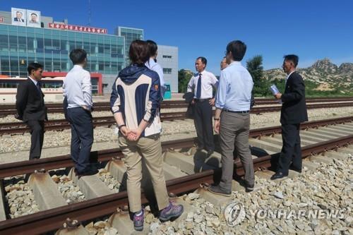 资料图片:7月20日,在朝鲜鉴湖站,韩朝联合考察东海线铁路。(韩联社)