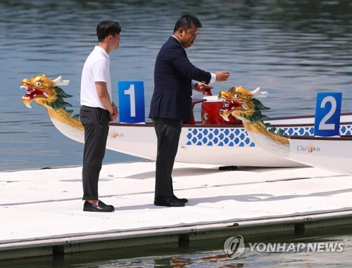7月31日,韩朝联队将在亚运会上使用的皮划艇下水仪式在忠州弹琴湖上举行。(韩联社)