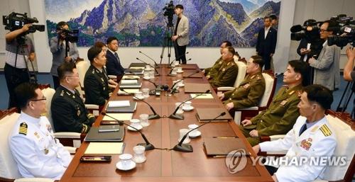 7月31日,在板门店,韩方首席代表金度均(左三)和朝方首席代表安益山(右三)率团出席第九次韩朝将军级会谈。(韩联社)