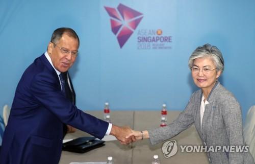 8月2日,在新加坡,韩国外长康京和(右)与俄罗斯外长谢尔盖・拉夫罗夫举行会谈前握手致意。(韩联社)