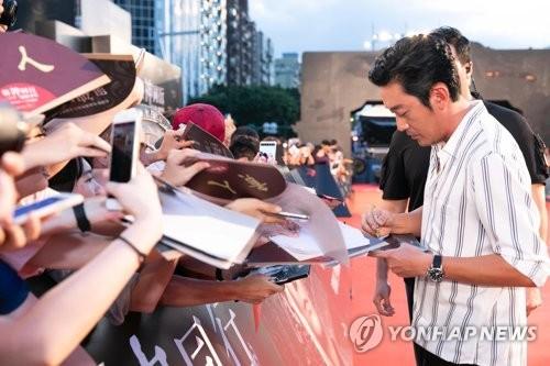 8月5日,在台湾举行的《与神同行2》红毯仪式上,演员河正宇给粉丝签名。(韩联社/乐天娱乐提供)