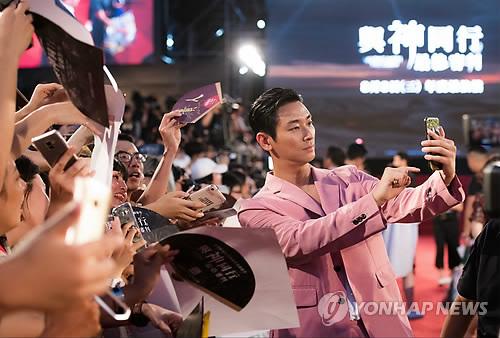 8月5日,在台湾举行的《与神同行2》红毯仪式上,演员朱智勋与粉丝合影。(韩联社/乐天娱乐提供)