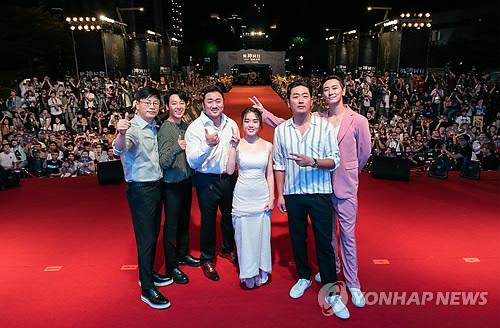 8月5日,在台湾举行的《与神同行2》红毯仪式上,导演金容华(左起)、金东旭、马东锡、金香奇、河正宇、朱智勋合影。(韩联社/乐天娱乐提供)
