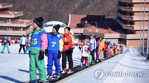 朝中社刊登马息岭滑雪场游客照片。图片仅限韩国内部使用,严禁转载复制。(韩联社/朝中社)