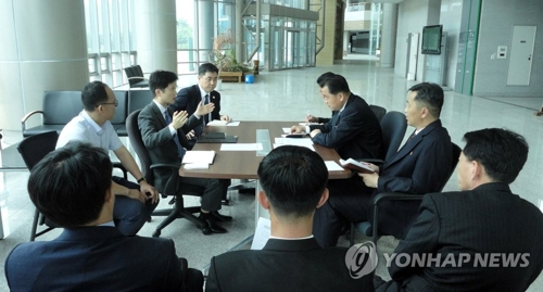 资料图片:6月19日,在朝鲜开城工业园区,韩朝开会讨论联络办公室维修施工事宜。(韩联社/统一部提供)