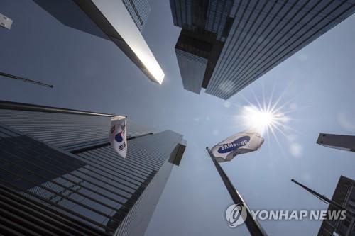资料图片:8月8日,在首尔市三星电子公司,国旗司旗共飘扬。(韩联社)
