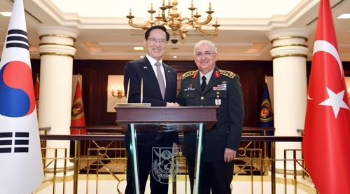 8月7日,韩国国防部长官宋永武(左)与土耳其三军总司令亚萨尔·居莱尔会面并合影。(韩联社/国防部提供)