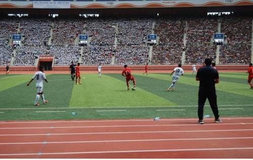 资料图片:2015年8月22日,在朝鲜平壤,参加第二届阿里体育杯足球赛的选手们在比赛。(韩联社/江原道政府提供)