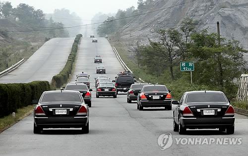 资料图片:2007年10月2日,时任总统卢武铉为出席韩朝领导人会晤乘车访问朝鲜。图为卢武铉一行车辆经过开城至平壤高速公路开往朝鲜。(韩联社)
