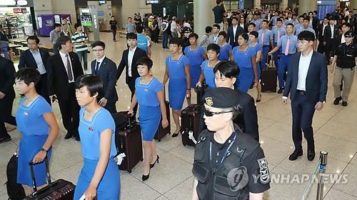 资料图片:7月29日下午,在仁川机场,韩朝联队朝方队员们抵韩。(韩联社)