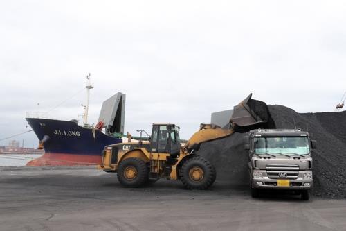 资料图片:8月7日,在浦项新港第7码头,Jinlong号装卸煤炭。(韩联社)