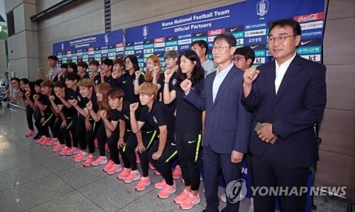 韩国女足启程前在仁川机场合影留念。(韩联社)