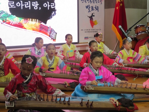 资料图片:8月18日,在沈阳,小朋友们在中韩交流文化院成立4周年庆祝活动上表演。(韩联社)