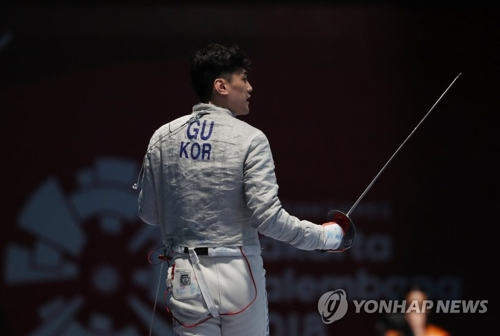 当地时间8月20日,韩国名将具本佶在2018雅加达亚运会男子佩剑个人半决赛中对阵香港选手。(韩联社)