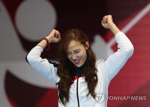 当地时间8月20日,在印尼雅加达,全希叔在亚运会女子花剑个人决赛中夺金后庆祝胜利。(韩联社)