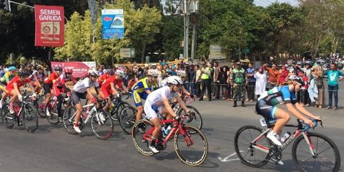 图为2018雅加达亚运会公路自行车女子个人赛的激烈角逐现场。(韩联社)