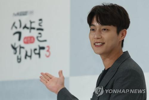 资料图片:韩国歌手兼演员尹斗俊(韩联社)