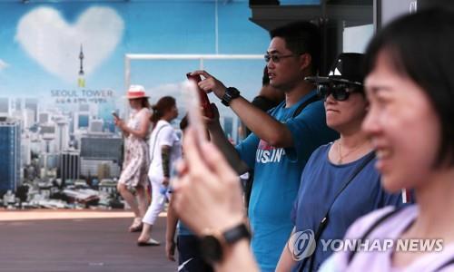 资料图片:中国游客在游览南山首尔塔。(韩联社)