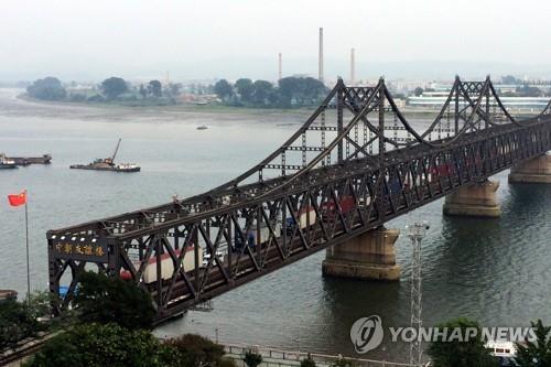 连接中国丹东与朝鲜新义州的中朝友谊桥(韩联社/美联社)