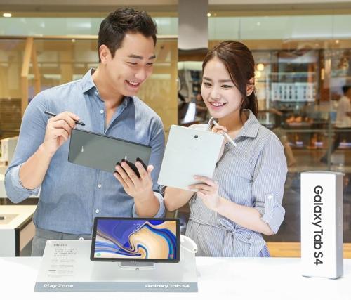 模特们展示Galaxy Tab S4(三星电子提供)