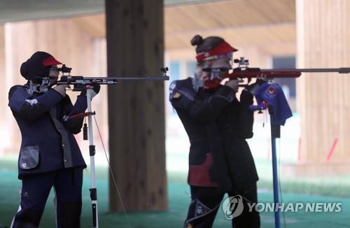 资料图片:在昌原国际射击场,选手们进行非正式训练,备战2018射击世锦赛。(韩联社)