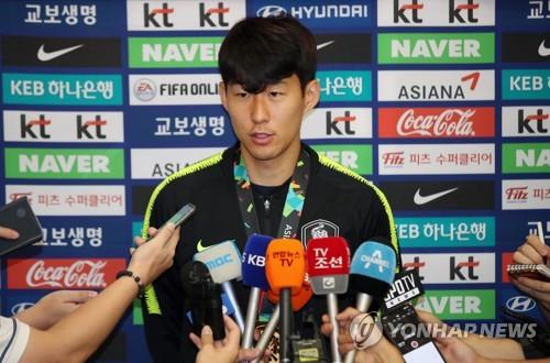 9月3日,在仁川国际机场,结束雅加达亚运会比赛回到韩国的孙兴慜接受媒体采访。(韩联社)