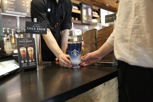 一名顾客在星巴克使用非一次性咖啡杯。(星巴克提供)