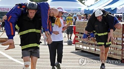 资料图片:消防官兵参加比赛。(韩联社)