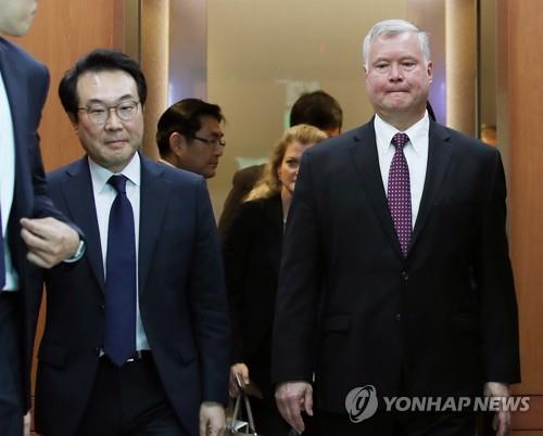 9月11日上午,在韩国外交部,李度勋和比根在会谈后前往记者会场。(韩联社)