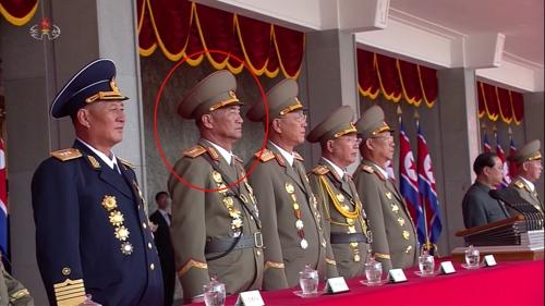 朝鲜央视12日录播9月9日阅兵式实况,朴秀逸(红圈)在主席台上位列朝军四把手。(韩联社)