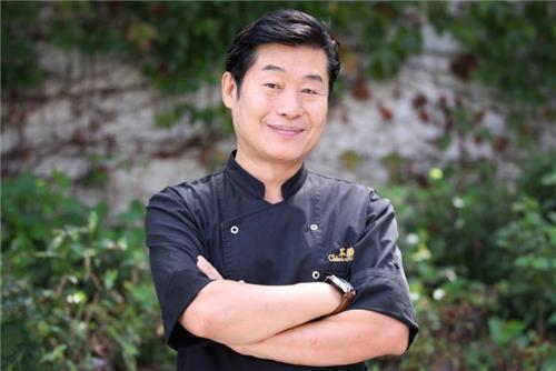 9月11日,在首尔市延禧洞,韩国名厨李连福在自己经营的餐厅接受韩联社专访并摆造型供记者拍照。(韩联社)