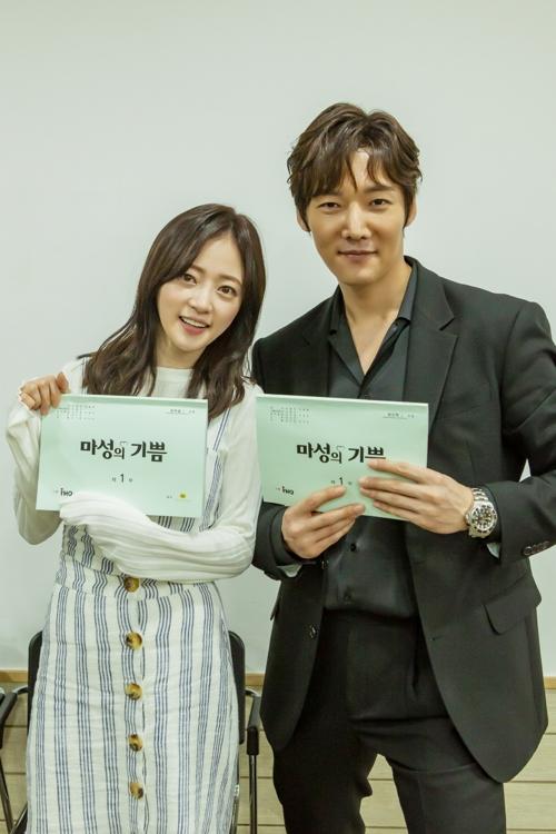 《马成的喜悦》花絮照,左为演员宋�g昀,右为崔振赫。(韩联社/《马成的喜悦》官网)